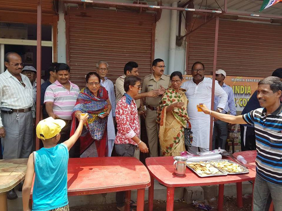 Sarbat and drinking water distribution organised by Hirapur PS at shantinagar ward no 80 on 27.05.2017