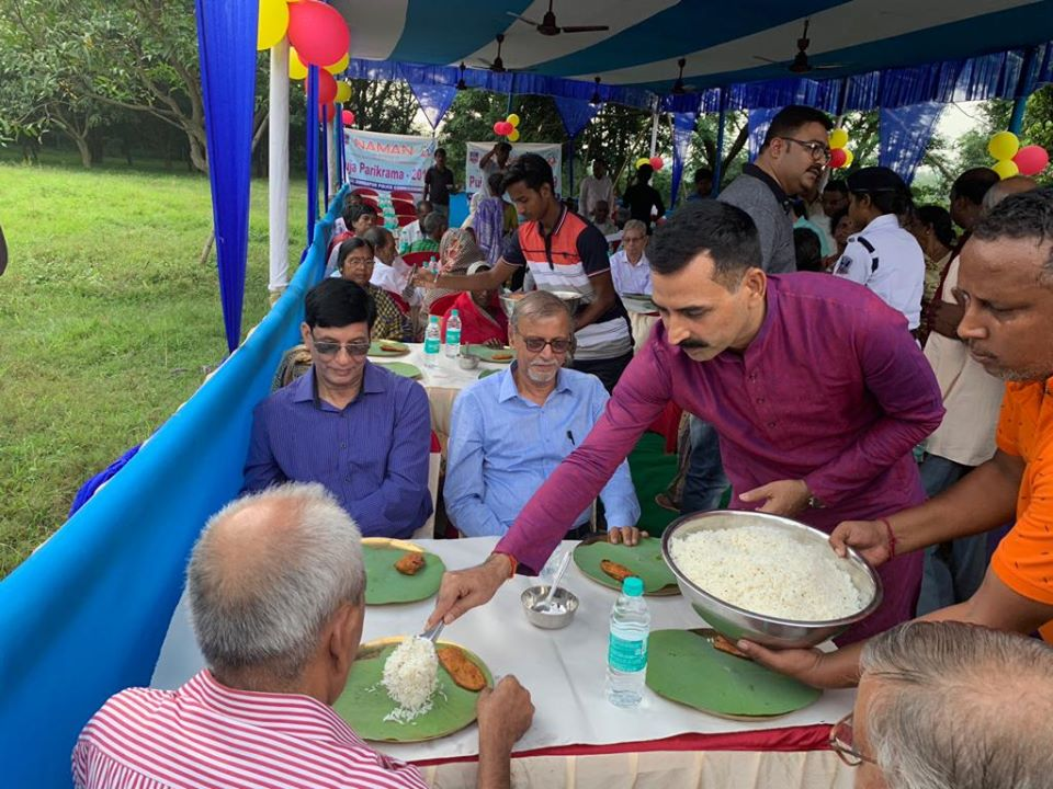 On 05.10.19 at Gunjan Park lunch distribution to the NAMAN members by Hon'ble CP ADPC ,DC (HQ), DC (SB), DC (Traffic) and other superiors during Puja Parikrama under ADPC.